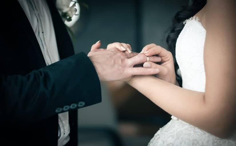 Brudepar der udveksler vielsesringe